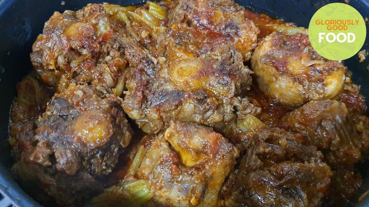 Coda alla vaccinara | oxtail vaccinara - cooked (in the pan)